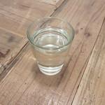 イタリアンカジュアルダイニング プランポーネ - お水とテーブルの質感