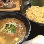 いるか - 足立区竹の塚「いるか」にて、超濃厚つけ麺! ドロリとしたスープは鶏の甘さと煮干しのような魚介の風味に溢れて、食べ終わる頃にはなくなりそうなほど麺に絡んできます!旨い、こういうの食べたかった〜