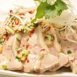 サンブラッシュ - 「ナンプラーとパクチーのたれがベストマッチ」 宮崎地鶏のボイルチキン ¥680