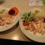 亜州食堂 チョウク - カオマンガイ(左:普通、右:大盛り)