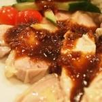 亜州食堂 チョウク - タレをかけて食べる