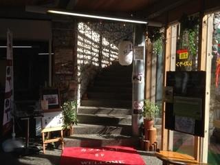 カフェレスト風良里 - 一階休憩スペースから入口 階段になっている