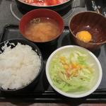 肉屋の正直な食堂 - ご飯、みそ汁、サラダ、生卵