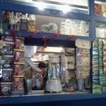 ワルンビンタン - 東南アジアの道端の売店を思わせるコーナー