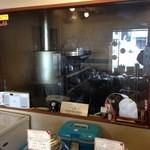 琥珀 - 奥の部屋に焙煎機が置かれている