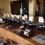 コーヒ豆 琥珀 - 珈琲豆の入ったガラス瓶と焙煎機