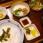 伊都ダイニング - イカ刺し納豆丼定食¥750。ヘルシーな感じです。