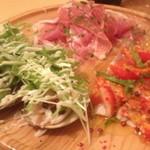 おまかせ前菜盛り合わせ1,580円。生ハム、はまぐりと水菜のサラダ、イナダのマリネいちご乗せ。(2013年2月)