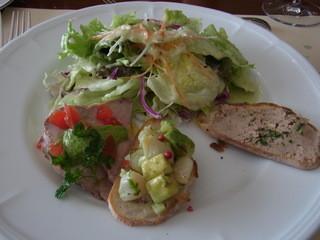 アチェーロ - 前菜の盛り合わせ。鶏の白レバー、アボカドとホタテ、ローストビーフ、サラダの4種でした