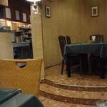 インド料理 ショナ・ルパ - 右側のせり上がったテーブルが「半個室」とされているテーブルです。