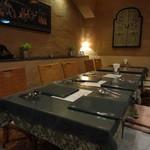 インド料理 ショナ・ルパ - 店内の中心部分のテーブルです。