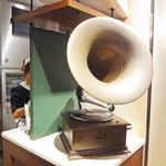66DINING 六本木六丁目食堂 - レコードと蓄音機