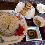 チャイナ食堂かしん - 「炒飯セット」(600円)。大盛でなくともこのボリューム。ギョウザは焼か水か選べます。