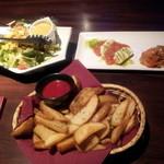 17233064 - サラダ、トマト&シュリンプ、ポテトフライ