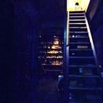 コモングラウンド - ここを上がるとルタンペルデュ(フレンチレストラン)になります♪暗い~^^