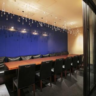 ガラスの扉で仕切れる半個室。最大16名様まで