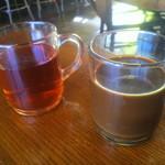 プンプイ - 左:タイ紅茶(ホット) 右:タイコーヒー(ホット)