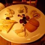 フロマージュミナミ - 2013.02 ワインにガッツリ挑戦してくるようなチーズの盛合せ、ヤギとかを中心にリクエストしてみました。