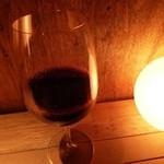 フロマージュミナミ - 2013.02 チーズがヤギやカビ系ならワインも負けないもの。ということで、スパイシーな赤をグラスで