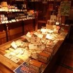 フロマージュミナミ - 2013.02 チーズの種類も豊富でお店の手前のスペースは小売り、奥が立ち飲みです:笑