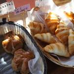 パン工房 歩度根 - クルミパンとクロワッサン。
