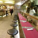 カレーショップ ベンガル - 店内であり、外観でもある。厨房、カウンター、普通の通路。