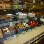 17258986 - ケーキの棚ですが・・・下段はからっぽ?
