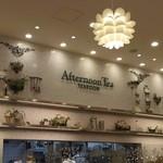 アフタヌーンティー・ティールーム - 高い天井で明るい店内