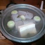 居酒屋 すぐり - 130209湯豆腐。黒いのは黒豆豆腐とか。