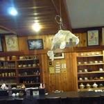 なよたけ珈琲店 - 店内には陶器作家さんの作品も展示販売ブースも。