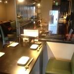 焼鳥ダイニング Yoshidori - 店内は温かみのあるダウンライトでちょっとオシャレな雰囲気♪お座敷は全て掘りごたつとなります★カウンター席もございます!
