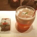 接方来 - 接方来オリジナルカクテル。マンゴーとオレンジ、ミルクが混ざり合って絶妙なハーモニー。