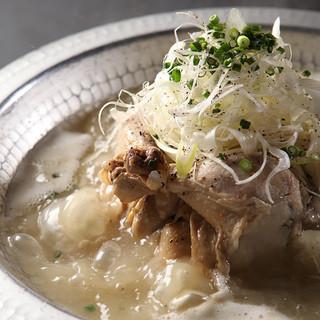 鶏肉に高麗人参、もち米などを入れて煮込んで作るサムゲタンはコラーゲンとヒアルロン酸たっぷり!!