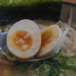 にんたまラーメン - 煮玉の様子