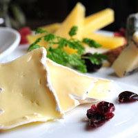 本かつ喜 - とんかつ屋ですが、夜はチーズの盛り合わせをつまみに、ワインでゆっくりと。
