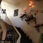 EMPORIO cafe&dining - 2階へあがるらせん階段♪2階は広々ソファ席!