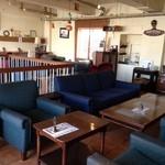 EMPORIO cafe&dining - ゆったりとした席配置。どこに座るか迷ってしまうほど♪