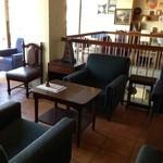 EMPORIO cafe&dining - 2階の風景。窓が大きくて開放的