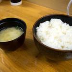 鉄皿多田屋本店 - 「御飯(中)」(200円)。お味噌汁も付いてきます。中でもかなり大盛り。