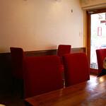 和ビストロ サグラ - 清潔感のある店内。ボルドーレッドの椅子が素敵。