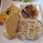 ラバーマ - tapas(キッシュ、フランスパン、鰹のカルパッチョ、もやしのピクルス)♪