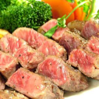 備長炭で焼く絶品国産黒毛和牛ステーキ。口の中で濃厚にとろける肉厚ステーキをご堪能下さい。