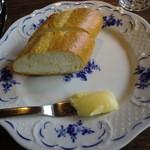 カフェ・レスパス - パン 一見バターに見えますが・・・違うんです