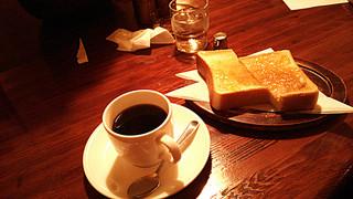 リスボン - コーヒー320円とマーマレードトースト180円。