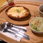 小さいたまご - 「プレーンドリア」(380円)にサラダ、スープ、デザートの「セット」(+200円)。