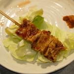 芳一 - 料理写真:2012.12 しろタレ(1串150円)焼き上がるとキャベツ(お通し代100円)の上に置いていきます