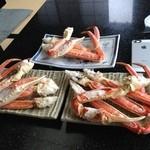 網元の宿 あお来 - 焼き蟹 手前の二つが11500円のコースの奥の1つが9240円のコース