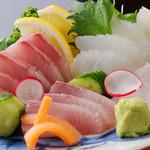 居酒屋 味楽 - 料理写真:室戸で獲れた魚介の刺身[780円] ※魚の種類、値段は日々変化します。 (写真は、おきがしら、ひれながカンパチ)  鮮度はもちろんの事、日により珍しい魚が出されることもあるので、行く度にワクワクさせてくれる。