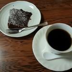 レストランごとう - ランチに付くケーキとコーヒー