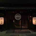 豆家別邸しびかま - 外観写真:桜通りに面した白いしびかまの提灯が目印です。